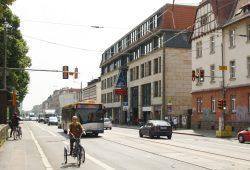 Von Radfahrern dankend angenommen: Radfahrstreifen vor der Axis-Passage. Foto: Ralf Julke