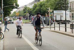 Radfahrer in der Karl-Liebknecht-Straße. Foto: Ralf Julke