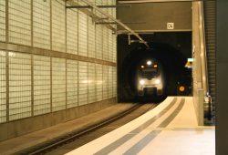 Talent-Triebwagen fährt in die S-Bahn-Station Wilhelm-Leuschner-Platz ein. Foto: Ralf Julke