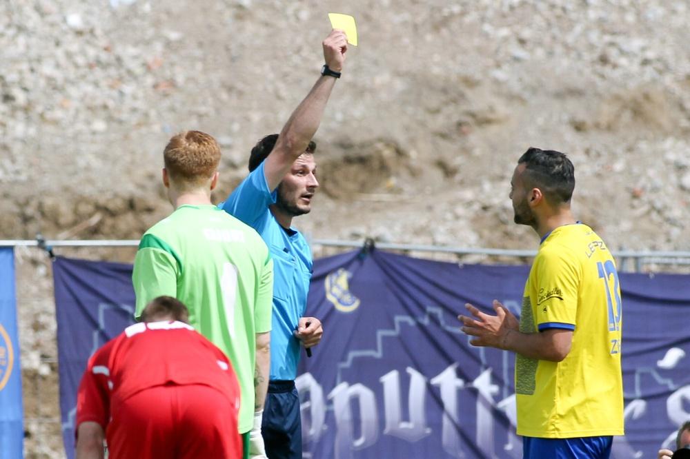 Einer der neuralgischen Punkte des Spiels: Schiedsrichter Rasmus Jessen zeigt Djamal Ziane die Gelbe Karte. Danach folgte der Platzverweis in Minute 74 des Spiels. Foto: Bernd Scharfe