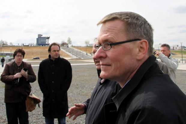 Zwenkaus Bürgermeister Holger Schulz 2012 bei einer Hafenbesichtigung. Foto: Matthias Weidemann