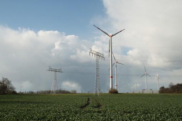 Strommasten und Windräder westlich vom BMW Werk Leipzig. Foto: Ralf Julke