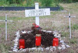 Symbolisches Grab für die Opfer der europäischen Grenzpolitik in Plagwitz. Foto: Alexander Böhm