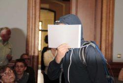 Tino H. beim Prozessauftakt auf dem Weg zur Anklagebank. Foto: Martin Schöler