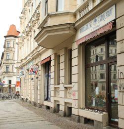 """Dank für 25 schöne Jahre: """"Universum Buchhandlung"""" an der Kreuzung Kurt-Eisner-Straße. Foto: Ralf Julke"""