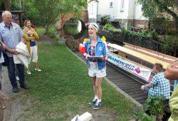 Reisetrainerin Franziska von Leipzig begrüßt die Teilnehmer des Schwimmkurses am Boot. Foto: Karsten Pietsch