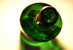 Billigere und legale Droge: Alkohol in Flaschen. Foto: Ralf Julke