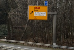 Zur Zentraldeponie Cröbern einfach nächste Ausfahrt rechts. Foto: Matthias Weidemann