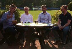 """Moderator Norman Landgraf (li.) talkte diesmal mit seinen Gästen in der Sportschule """"Egidius Braun"""". Screenshot: L-IZ.de"""
