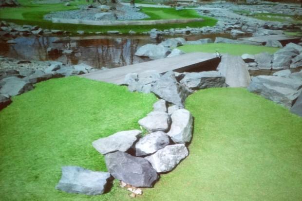 Ein Mix aus Golf und Minigolf in einer naturbelassen gestalteten Variante mit kleinem Wasserlauf. Quelle: Kirchhoff/Müller. Foto: Patrick Kulow