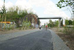 Anger-Crottendorfer Bahnschneise, Höhe Mierendorffstraße: Hier würde der Weg hinauf auf den Viadukt geführt werden müssen. Foto: Ralf Julke