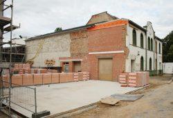 Die Bodenplatte für den Anker liegt - jetzt beginnen die Planungen für den Saal (rechts). Foto: Ralf Julke