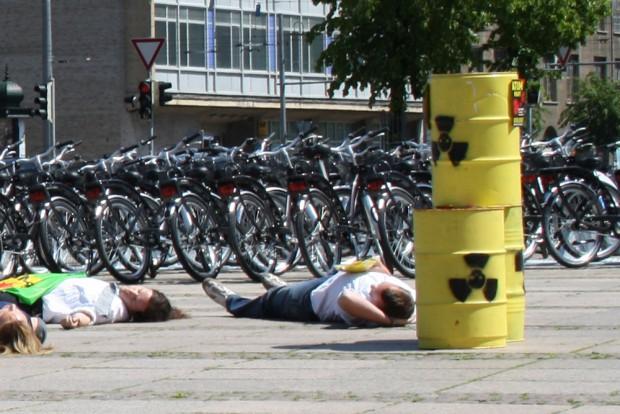 Bild von einem Anti-Atom-Flash von 2011: Die Sache mit dem Atommüll haben auch die Briten noch nicht gelöst. Foto: Ralf Julke