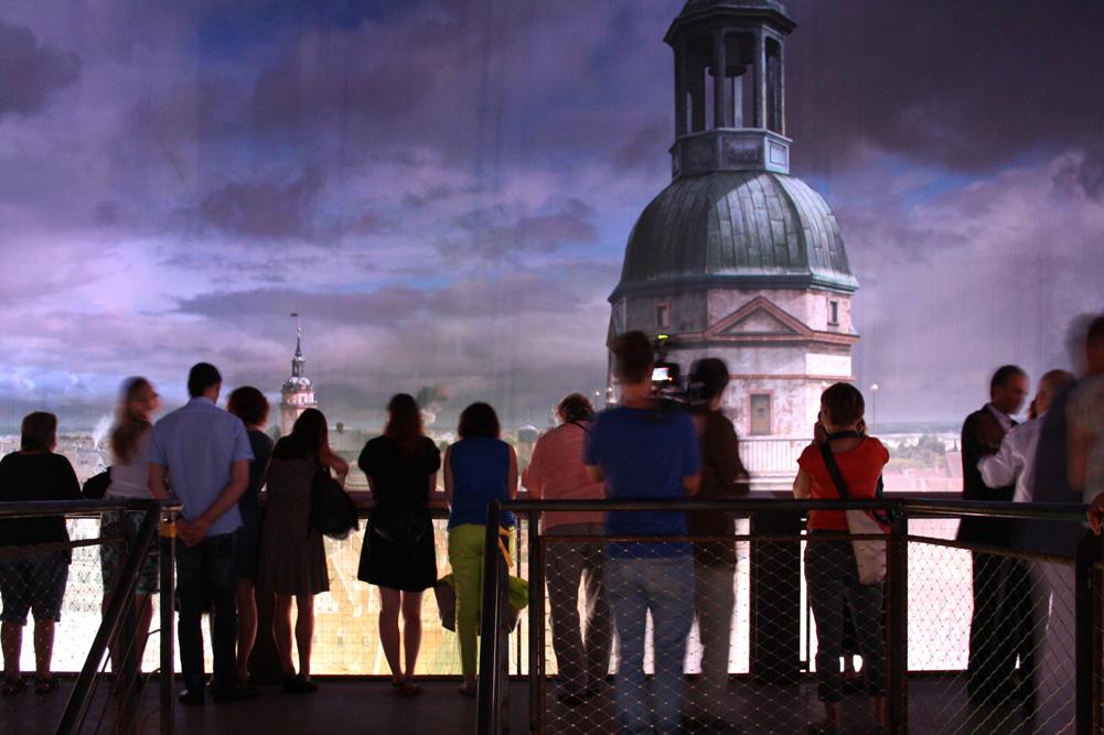 Mittendrin und hoch über der Stadt: Besucher im Asisi-Panorama