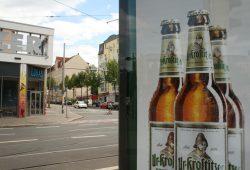 Nicht nur heimische Bierproduzenten werben - wie hier am Connewitzer Kreuz - im Leipziger öffentlichen Raum für Alkohol. Fote: Ralf Julke