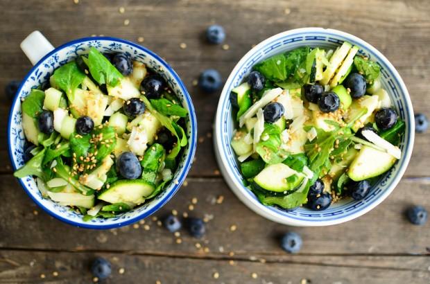 Salat mit Blaubeeren. Foto: Maike Klose