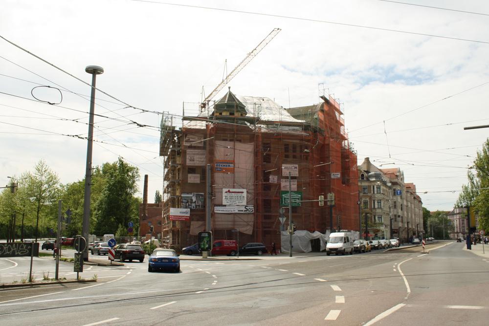 Das Capa-Haus mit der Jahnallee (rechts) und dem Teilstück der Lützner Straße (links), das in Bowmanstraße umbenannt werden soll. Foto: Ralf Julke