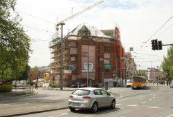Das Capa-Haus mit der Einmündung der Lützner Straße, die in diesem Abschnitt den Namen Bowmanstraße bekommen soll. Foto: Ralf Julke