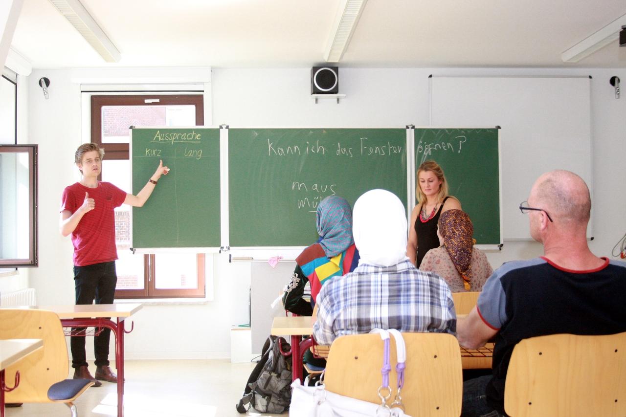 Die ehrenamtlichen Lehrer Ole Hammersland und Alma Kisic unterrichten Deutsch. Foto: Alexander Böhm