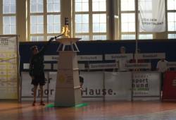 Wie bei den Olympischen Spielen entzündete Niklas Reißmann, 14-jähriger Handballer beim SC DHfK Leipzig, die Flamme Foto: Sebastian Beyer