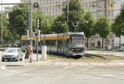Linie 16 in der Gleiskurve am Rossplatz: Die Hitze zwingt die LVB hier zum Langsamfahren. Foto: Ralf Julke
