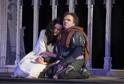 Tom Pauls spielt den 23-jährigen Quasimodo, Sandra Maria Huimann spielt, spricht, tanzt und singt die Esmeralda. Foto: Landesbühne Sachsen / Hagen König
