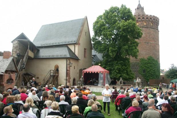 Auf der Burg Mildenstein in Leisnig boten die historisch gewachsenen Mauern eine besondere Kulisse als Burgtheater. Foto: Landesbühne Sachsen / Hagen König