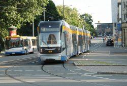 Eine Straßenbahn biegt in die Langsamfahrstrecke in der Goethestraße ein. Foto: Ralf Julke