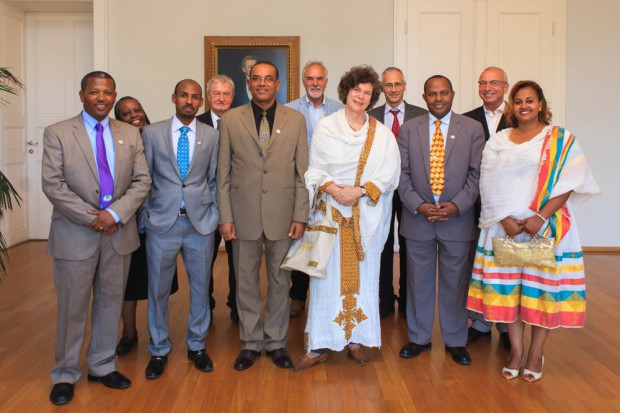 Rektorin Schücking (M.) erhielt als Gastgeschenk von ihrem Amtskollegen Mengesha Admassu (links daneben) ein traditionelles äthiopisches Kleid. Foto: Swen Reichhold