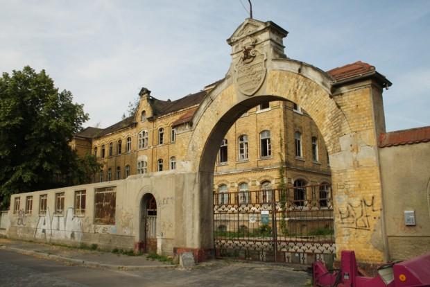 Das Tor zum Kasernengelände an der Hans-Oster-Straße. Foto: Ralf Julke