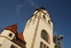 Turm der frisch sanierten Kongresshalle. Foto: Ralf Julke