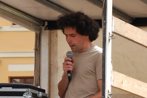 Konrad von der Initiative Willkommen im Kiez zum Thema, was man selbst tun kann in Sachen Asyl. Foto: Michael Freitag