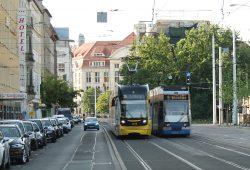 Das linke Gleis braucht eine Kur: Langsamfahrstrecke in der Kurt-Schumacher-Straße. Foto: Ralf Julke
