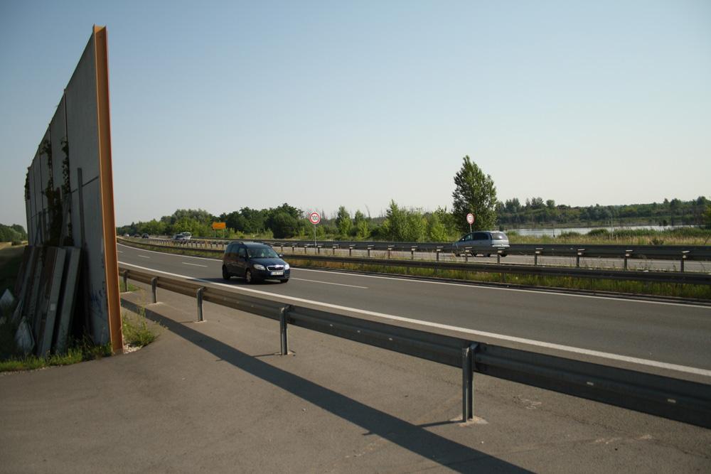 Hier geht's künftig rüber: Links die Lärmschutzwand zwischen Pleiße und B2/B 95, rechts die Teichlandschaft westlich des Markkleeberger Sees. Foto: Ralf Julke