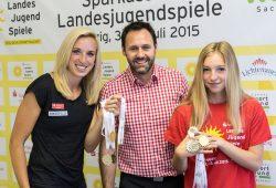 Cindy Roleder, Christian Dahms und Lene Gruner präsentieren die Medaillen Foto: Jochen A. Meyer/Landessportbund Sachsen