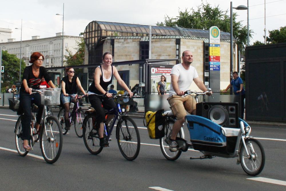 Ein Lastenrad schafft was - wie hier mit Fahrer Alexander John bei einer Critical Mass in Leipzig. Foto: Ralf Julke