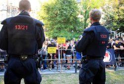 Polizisten beobachten Legida-Gegner. Foto: L-IZ