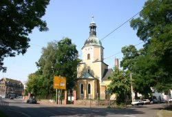 Hans-Driesch-Straße in Leutzsch: Links die Poller am Park am Wasserschloss - rechts der westliche Teil der William-Zipperer-Straße. Foto: Ralf Julke