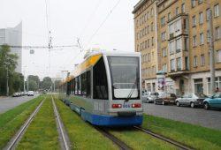 Straßenbahn der LVB mit Anhänger unterwegs in der Grünewaldstraße. Foto: Ralf Julke