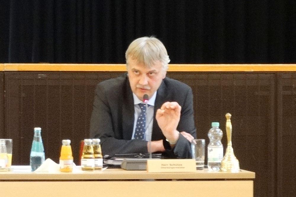 Markkleebergs OBM Karsten Schütze erklärt den Stadträten den Zahlensalat. Foto: Patrick Kulow