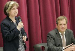 Auch Sozialamtsleiterin Martina Kador-Probst stand Rede und Antwort Foto: Sebastian Beyer