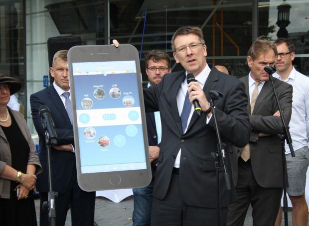 """Noch drei Wochen Zukunftsmusik: """"Leipzig mobil"""" auf dem Smartphone, hier von Ulf Middelberg gezeigt. Foto: Ralf Julke"""