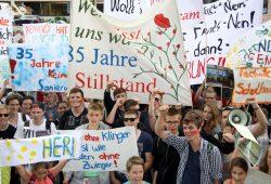 Lautstarker Protest vor dem Rathaus. Foto: Matthias Weidemann