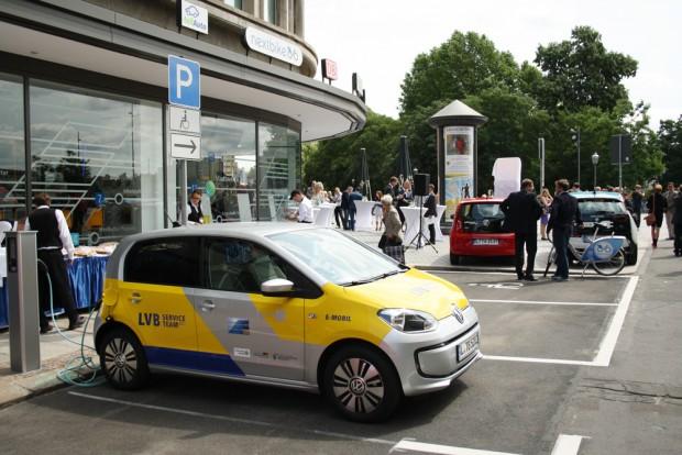 Auch  zwei Ladestationen für E-Autos gibt es jetzt in der Markgrafenstraße. Foto: Ralf Julke