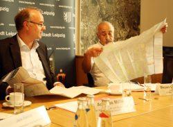Und, ist alles drin? - Bürgermeister Andreas Müller und Migrationsbeauftragter Stojan Gugutschkow. Foto: Ralf Julke