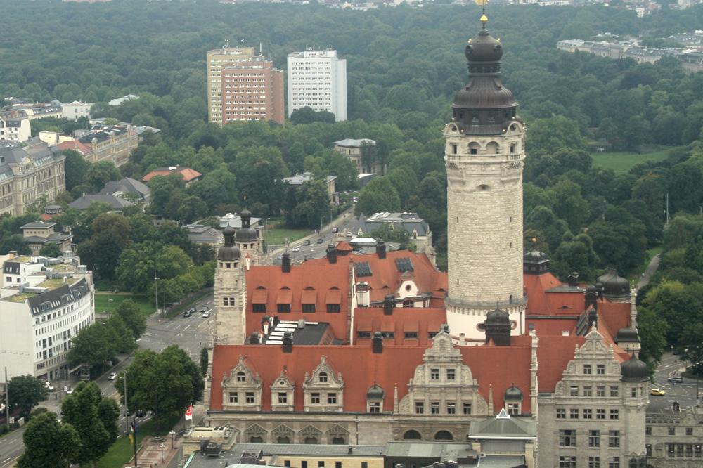 Aus der Vogelperspektive: Blick aufs Neue Rathaus. Foto: Ralf Julke