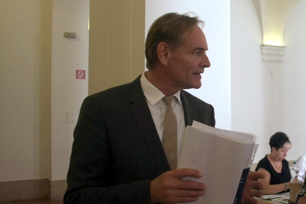 OB Jung debattiert und wirbt um Vertrauen. Foto: L-IZ.de
