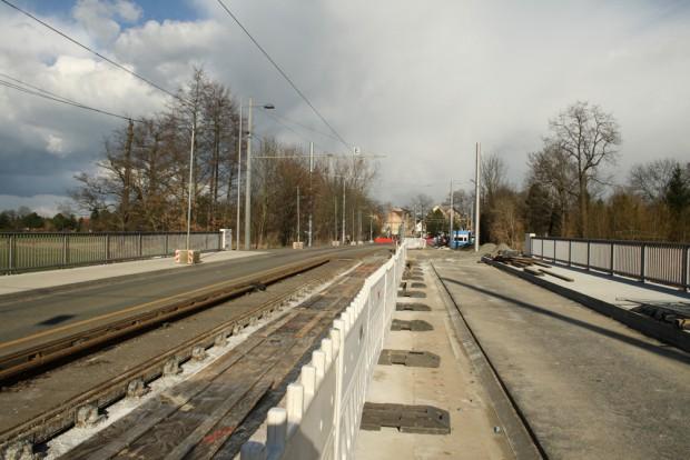 Brücke in der Tauchaer Straße im April: Fahrbahnen rechts und links - in der Mitte werden jetzt die Gleise montiert. Foto: Ralf Julke