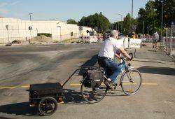 Auch ältere Leipziger bewältigen ihren Alltag immer öfter mit Rad und Anhänger. Foto: Ralf Julke
