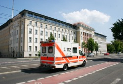 Rettungswagen auf der Karl-Liebknecht-Straße. Foto: Ralf Julke